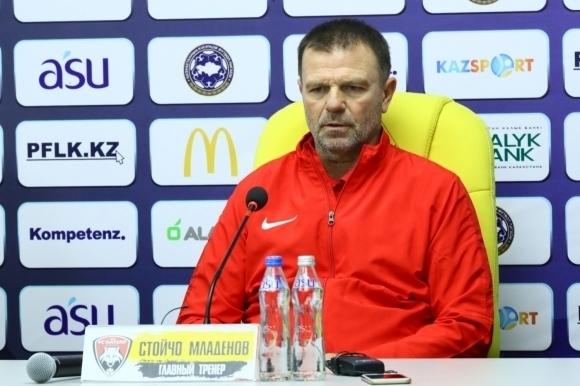 Гранд гледа към Стойчо Младенов