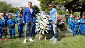 Левскари се събраха на Могилката за своя празник - Миланов и Горанов поднесоха венци (видео)