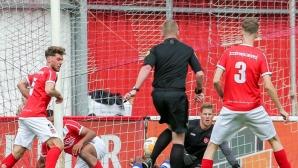 Съдия вкара гол на мач в Холандия (видео)