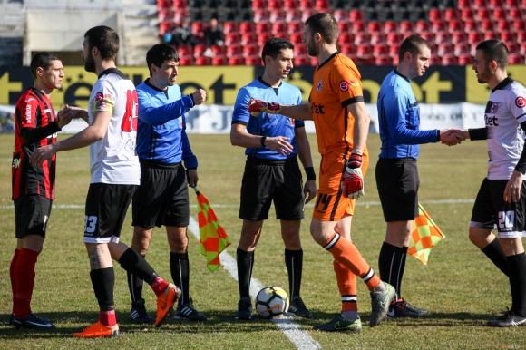Клуб от Втора лига се раздели с двама опитни футболисти