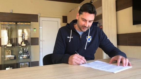 Атанас Петров остава старши треньор на Хебър