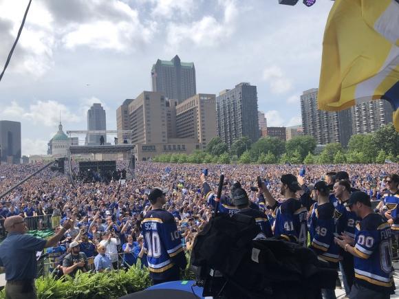 Стотици хиляди се стекоха на шампионския парад в Сейнт Луис