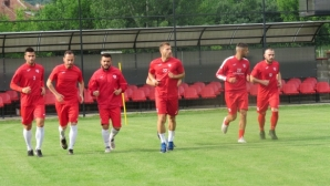 Кариана започна с 14 футболисти, обяви седем контроли