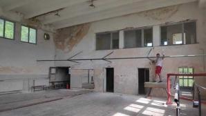 Национал по борба и негови приятели ремонтират спортната зала в Бобов дол