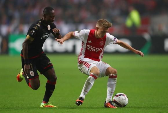 Всеки момент Аякс ще продаде защитник, но това не е Де Лихт