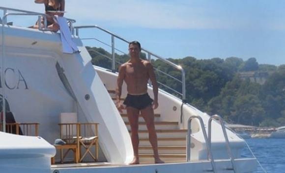 Кристиано отмаря с родата на 46-метрова яхта (снимки)