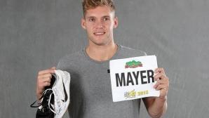 Кевин Майер дари на IAAF екипа, с който постави световен рекорд в десетобоя