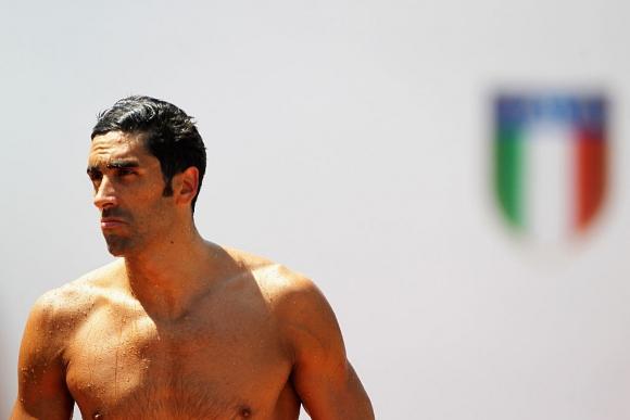 Световен шампион по плуване спаси от удавяне гей младоженец