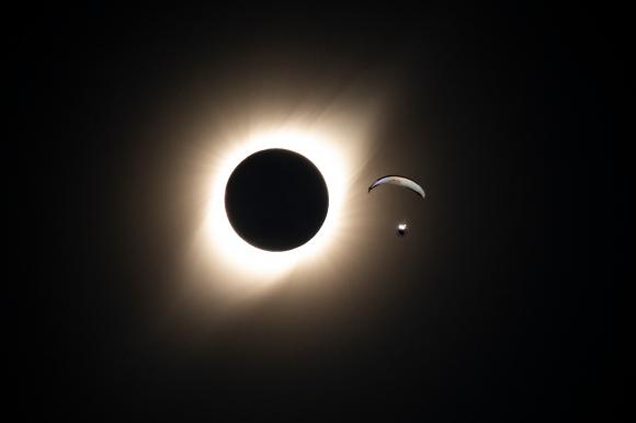 Чилиец създаде уникално парапланеристко шоу по време на слънчево затъмнение