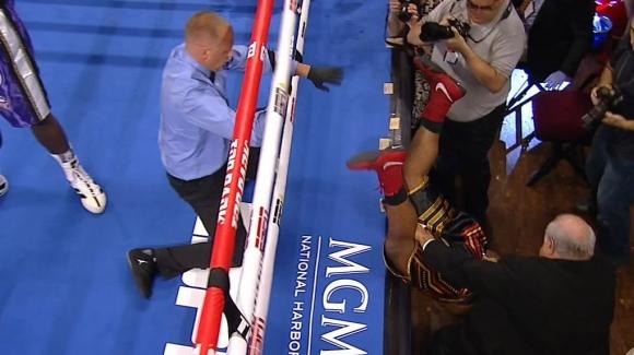"""Боксьор """"излетя"""" от ринга, но не загуби веднага (видео + снимки)"""