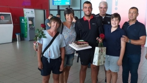 Посрещнаха Емил Нейков с торта с българския трибагреник