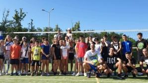 Волейболни и баскетболни емоции край морето: Известни спортисти зарaдваха деца и младежи от цялата страна