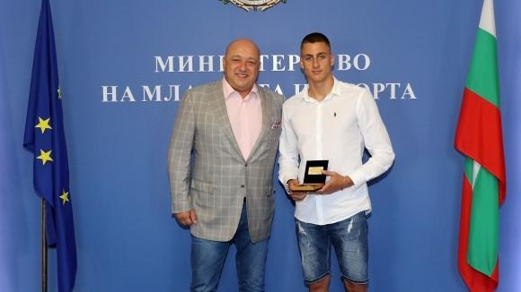 Министър Кралев награди бронзовия медалист от Световното първенство по плуване
