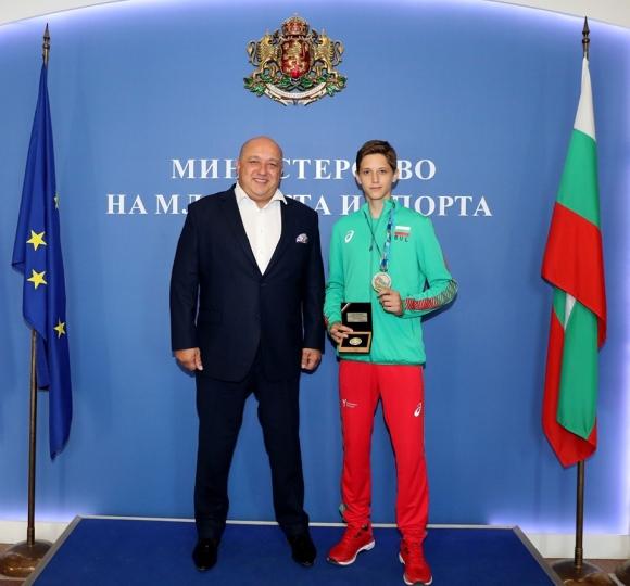 Кралев награди сребърния медалист от Световното по таекуондо Денис Димитров