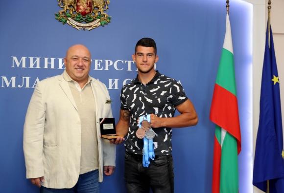 Кралев награди Ангел Кодинов за сребърния медал от Световното първенство