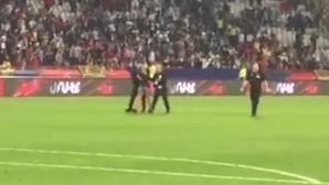 Фен нахлу на терена след Сърбия - Португалия (видео)