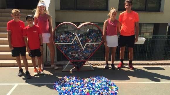"""Тенис талантите от ТК """"15-40"""" се включиха в благотворителната инициатива """"Капачки за бъдеще"""""""