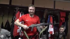Руски отбор подари калашник на свой хокеист