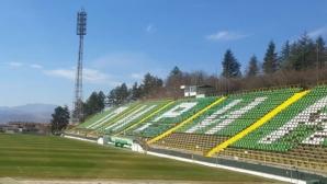 Слагат нови седалки на стадиона на Пирин