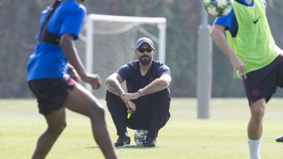 Валдес се сбогува с футболистите на Барса, чака го уволнение