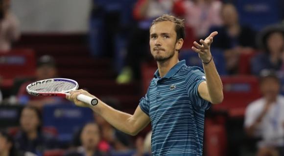 Медведев прекърши Циципас в първия полуфинал в Шанхай