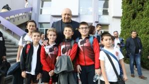 Министър Кралев инспектира новото тренировъчно игрище за футбол във Велико Търново
