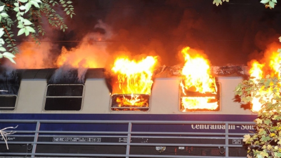 Влак с фенове се запали в Берлин, има пострадали