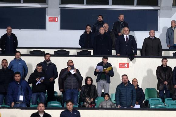 Президентът на БФС гледа мача до Кралев, Лечков встрани от тях