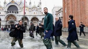 """""""Адзурите"""" посетиха наводнената Венеция, Киево с голям жест към града"""