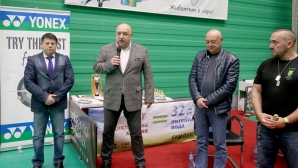 """Министър Кралев присъства на 14-я ученически турнир по бадминтон """" Златно перце"""""""