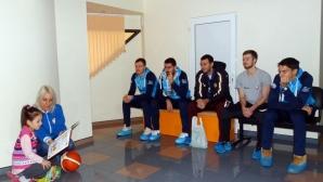 "Баскетболисти от Академик Бултекс 99 зарадваха малките пациенти на ""Централ Хоспитал"""