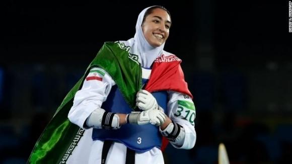 """Единствената олимпийска медалистка на Иран емигрира и разкритикува """"лицемерието"""" на властите"""