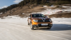 """Dacia Duster """"танцува"""" по първата ледена писта в България"""