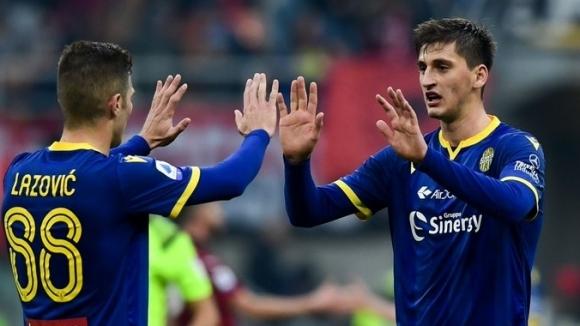 Юнайтед и Сити ще наддават за защитник на Верона през лятото