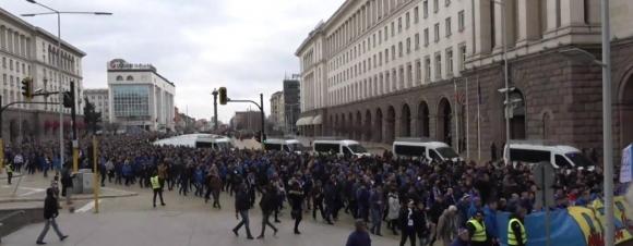 Хиляди левскари тръгнаха към Националния стадион, гледайте на живо тук