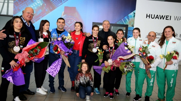 Шампионско посрещане за националките по борба