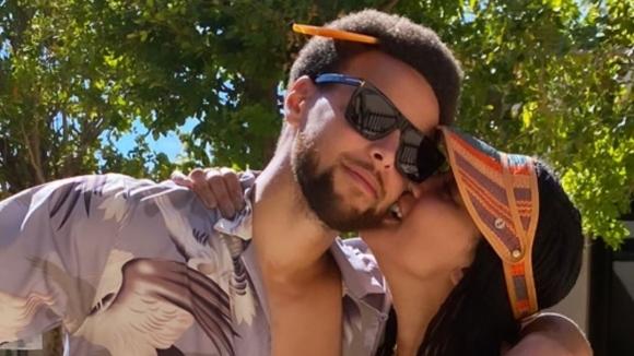 НБА звезда в провокативна поза със съпругата си (снимка)