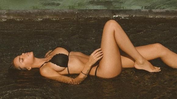 Вики Одинцова вдига градусите под душа (снимки)