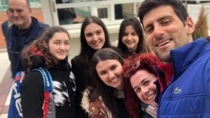 Джокович играе тенис с деца на улицата и се забавлява в Белград (видео)