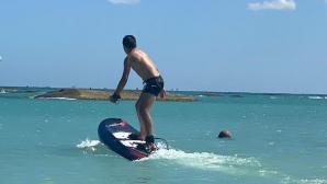 Божинов-джуниър се учи на сърф в Мексико