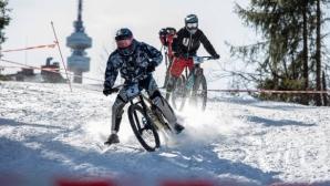 Пампорово се превърна в арена на зрелищни спускания с велосипеди в снега