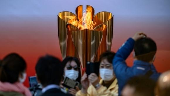 Десетки хиляди се стекоха да видят олимпийския огън в Япония