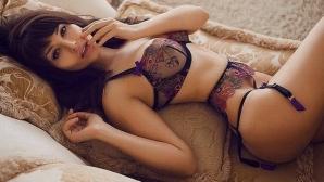 Убийствен модел взриви социалните мрежи: Търся си секс партньор за карантината (галерия)