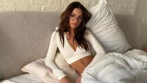 Емили Ратайковски разпалва фантазиите с нова чисто гола снимка