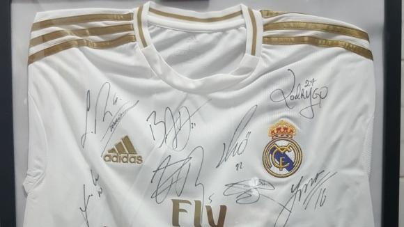 Благотворителният търг с уникална фланелка на Реал Мадрид продължава