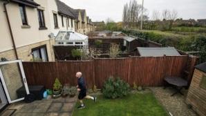 Рекордьор на копие избяга маратон в двора си и събра £26 000 за добра кауза