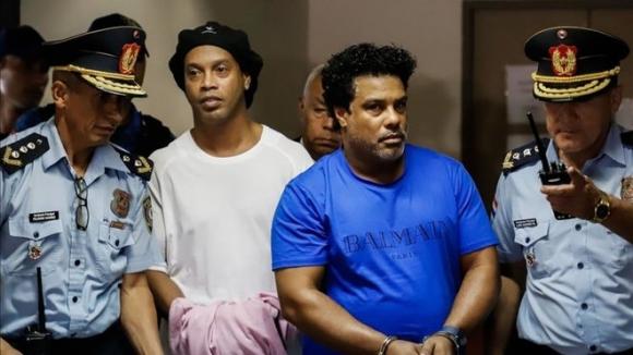 Роналдиньо може да остане в затвора още 5 месеца без присъда