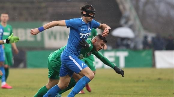 Двама основни футболисти може да напуснат Левски