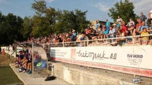 Слагат козирки на стадиона в Радомир