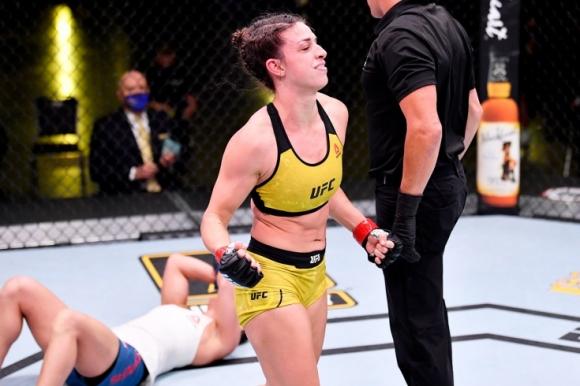 Първи събмишън с ключ в историята на женските ММА в UFC